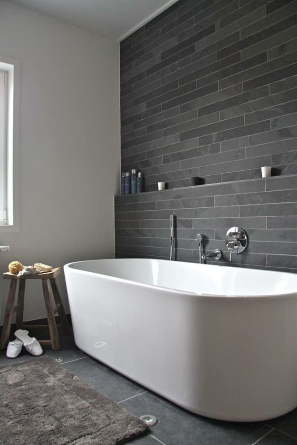 badezimmer grau graue wandfliesen weiße badewanne