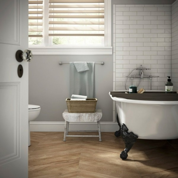 badezimmer grau hellgraue wandfarbe schöner bodenbelag