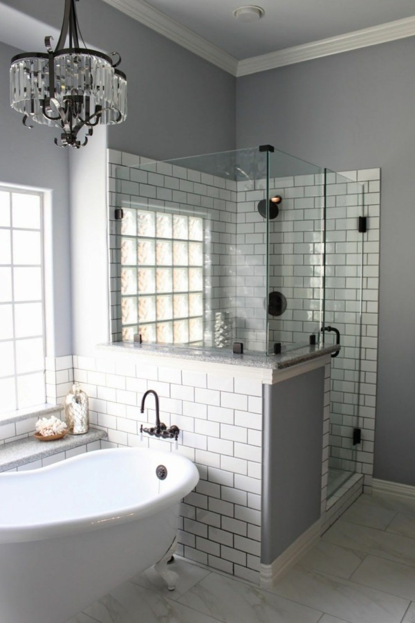 badezimmer grau weiße metro fliesen