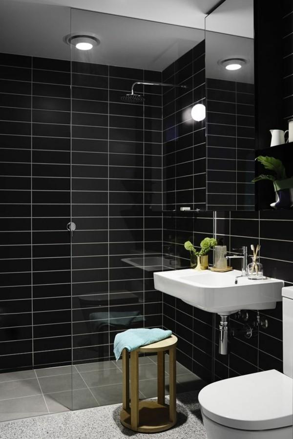 badezimmer schwarz schwarze wandfliesen glänzende oberfläche weiße badmöbel