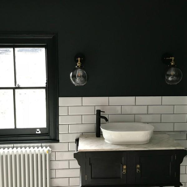 badezimmer schwarz weiße metro fliesen schwarue badmöbel
