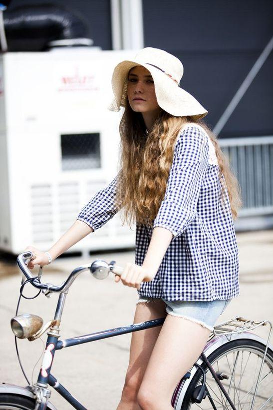 dame mit sonnenhut auf dem fahrrad