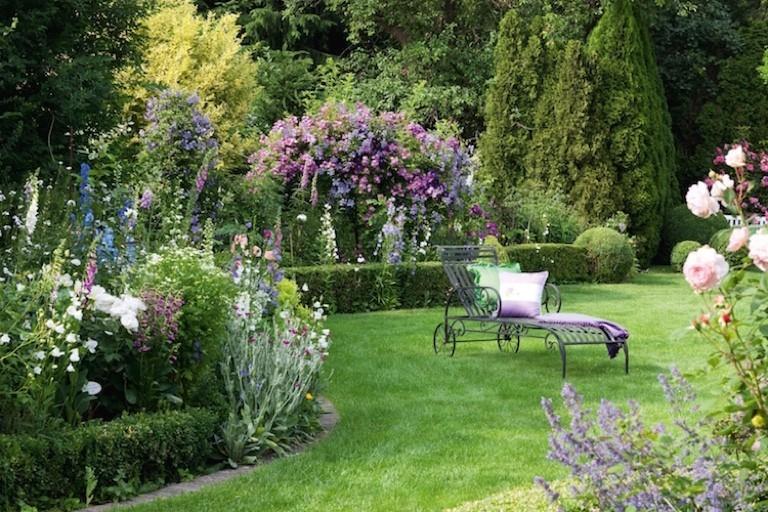eine Oase im Garten schaffen morgens entspannt das Grün bewundern