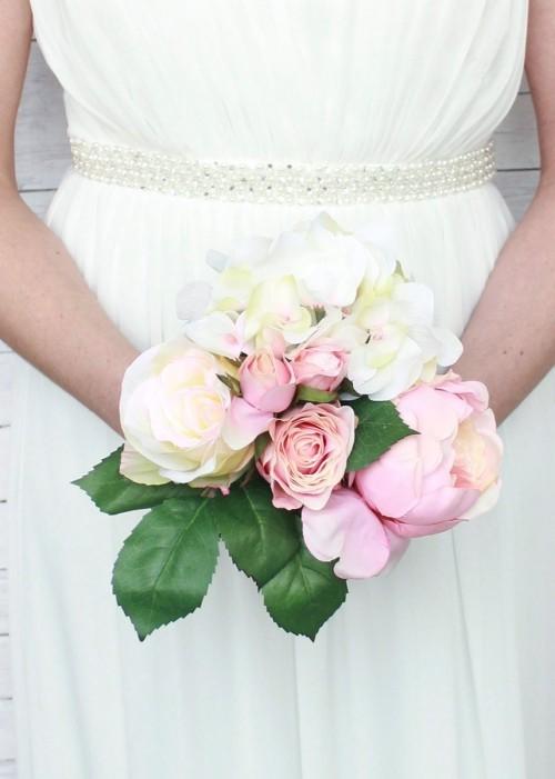 hochzeit feiern brautstrauß rosen