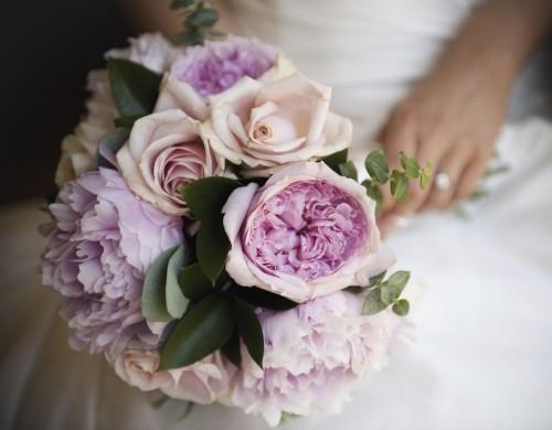 hochzeit feiern brautstrauß vintage pfingstrosen rosen
