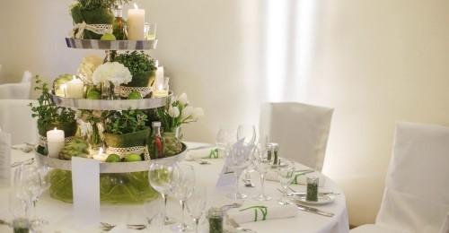 hochzeit feiern herzstück tischdeko kerzen blumen romantisch