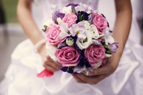 hochzeit feiern rosen fresien brautstrauß