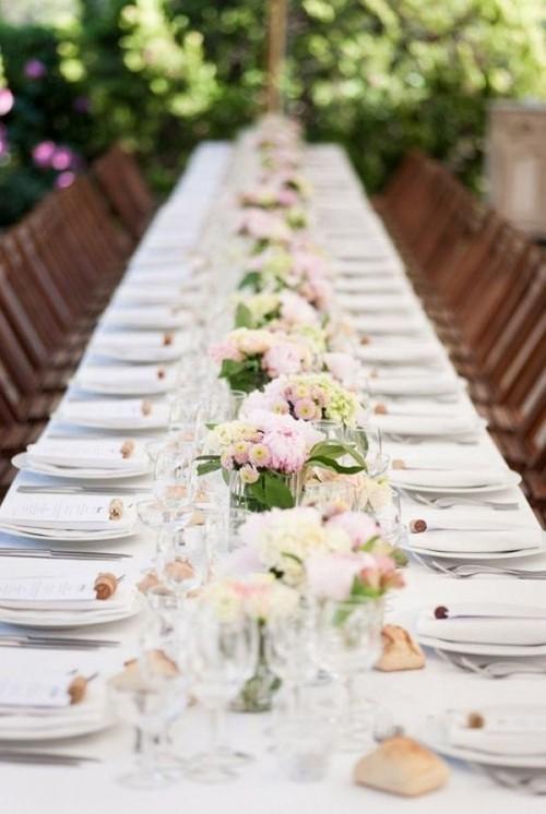 hochzeit feiern tisch deko kleine vasen romantisch