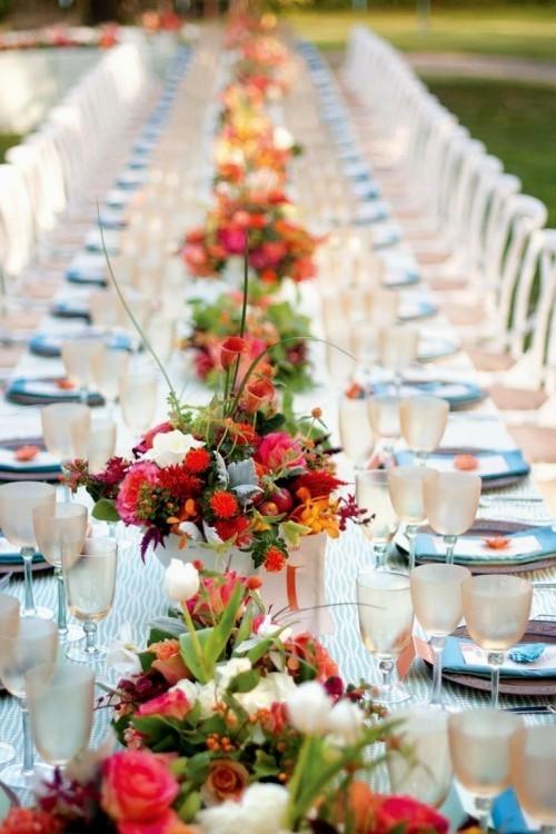 hochzeit feiern tisch dekorieren blaue akzente blumen warme farben
