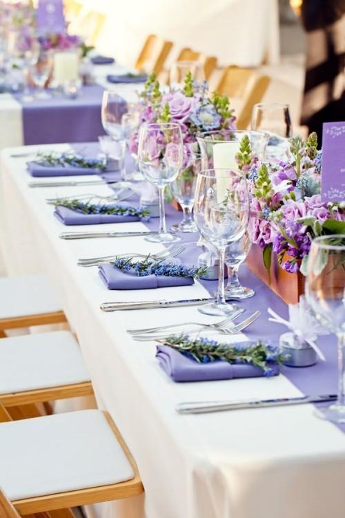 hochzeit feiern tisch dekorieren frische blumen lila servietten
