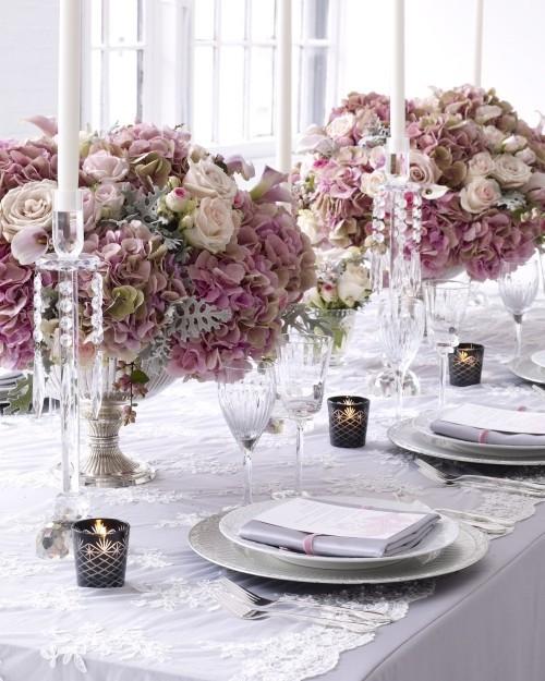 hochzeit feiern tisch dekorieren stilvolle blumendeko weiße kerzen