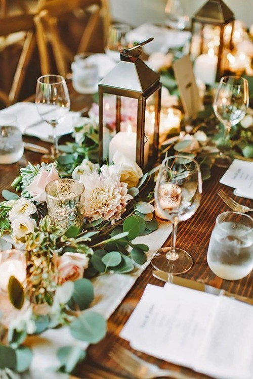 hochzeit feiern tisch dekorieren tischläufer frische blumendeko