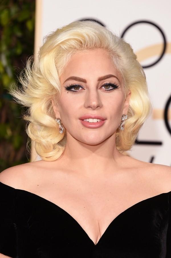 lady gaga blonde frisur schön geschminkt