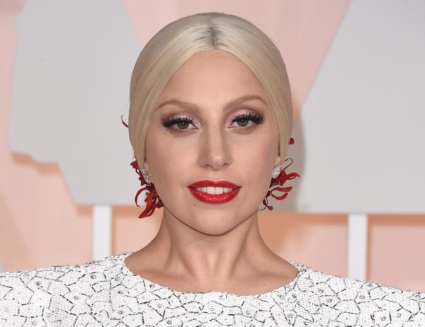 lady gaga frisuren blonde haare roter lippenstift