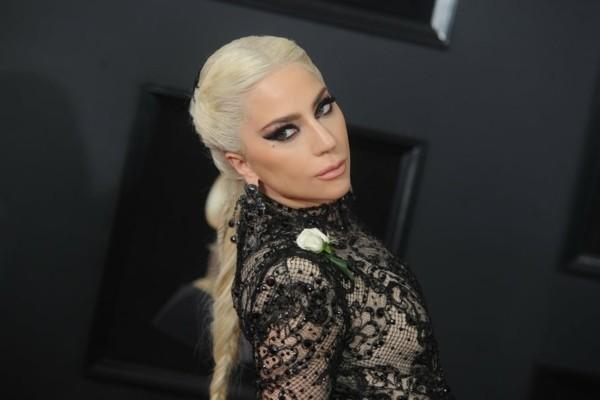 lady gaga schöne frisur und spitzen kleid in schwarz