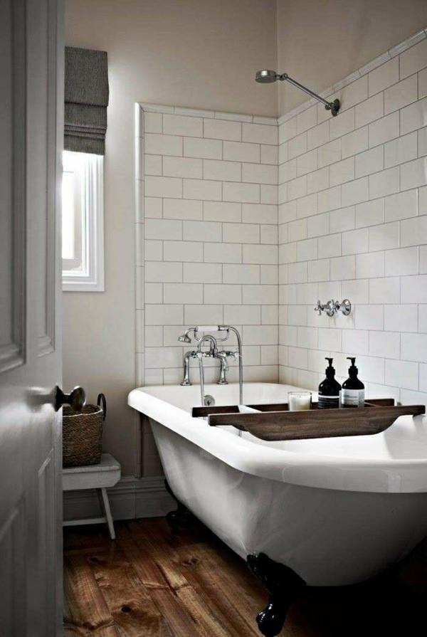 metro fliesen bad weiße fliesen hölzerner boden badewanne