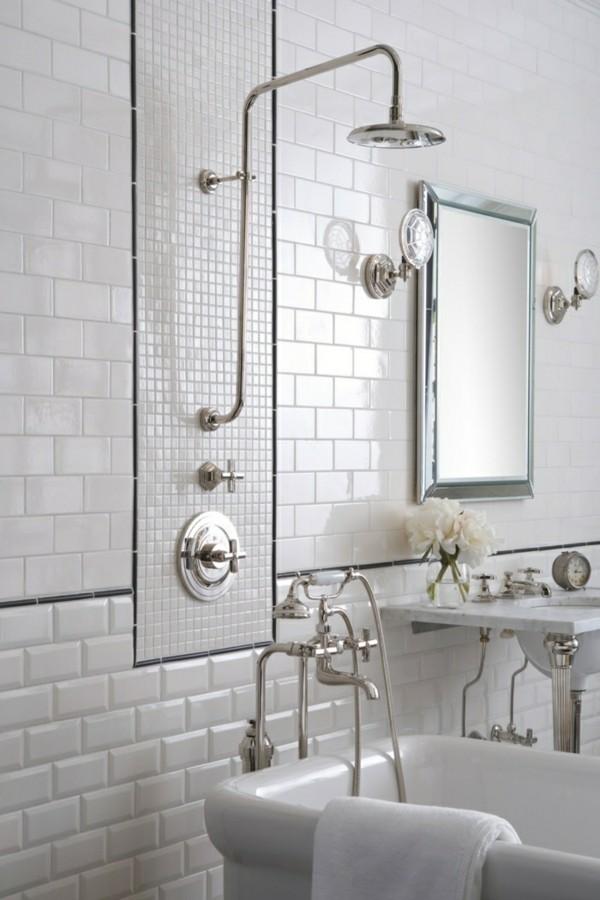 metro fliesen bad weiße wände wandleuchten badewanne