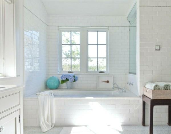 metro fliesen bad weißes badezimmer gestalten dekoideen blumen