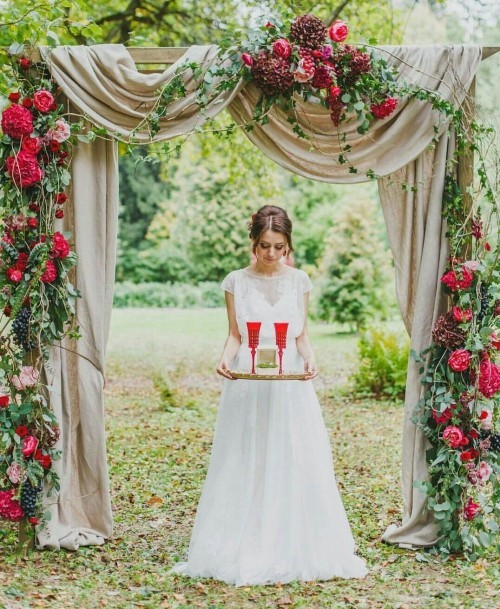 rote rosen hochzeit feiern hochzeitsbogen blumendeko hochzeit