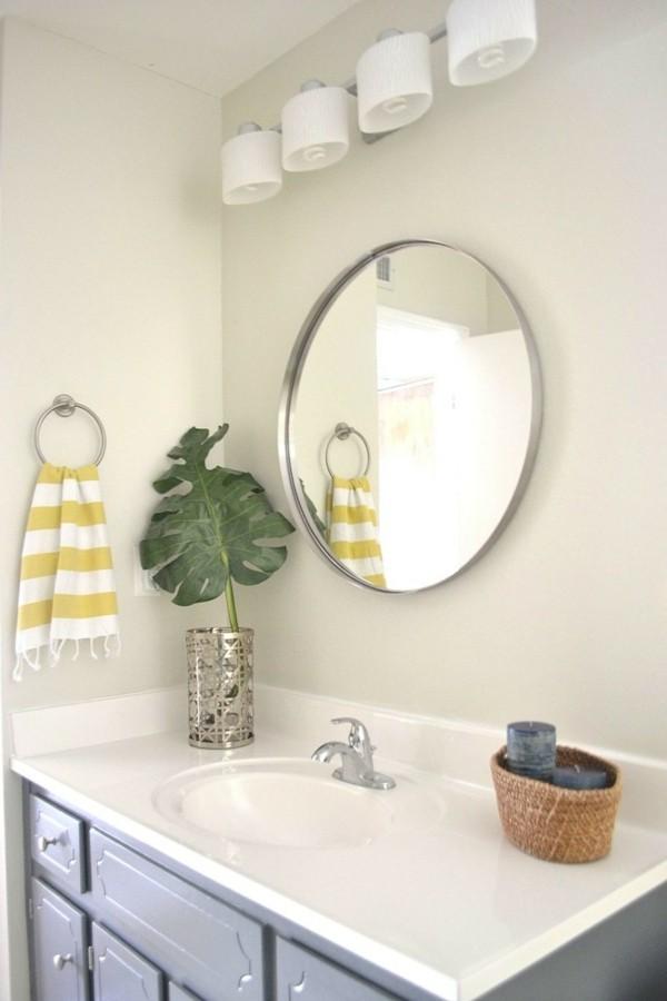 runder badspiegel farbige accessoires pflanze
