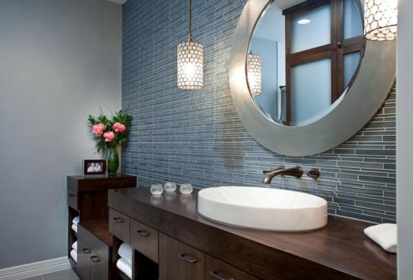 runder badspiegel graue mosaikfliesen viel stauraum