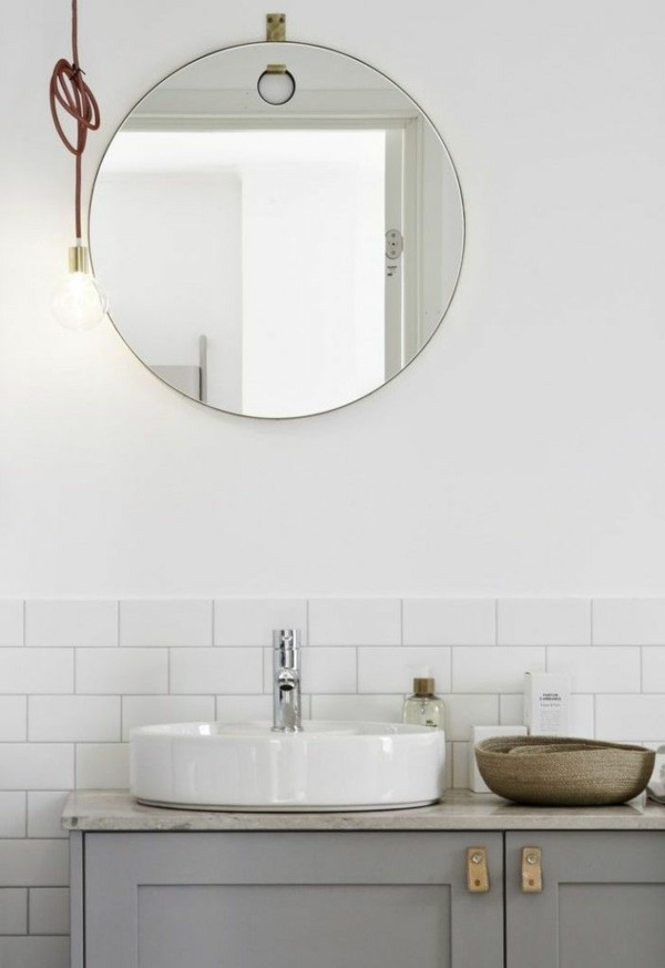 runder badspiegel minimalistisches baddesign weiße metro fliesen