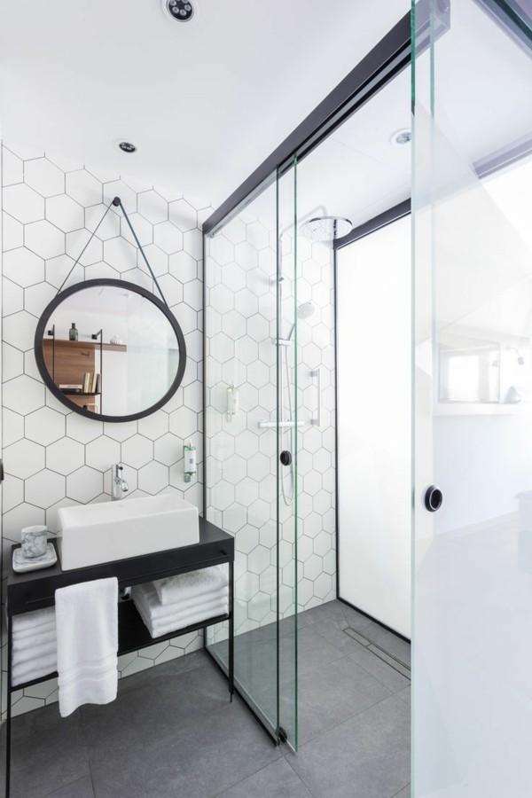 runder badspiegel modernes bad weiße badezimmerfliesen schöne form grauer boden