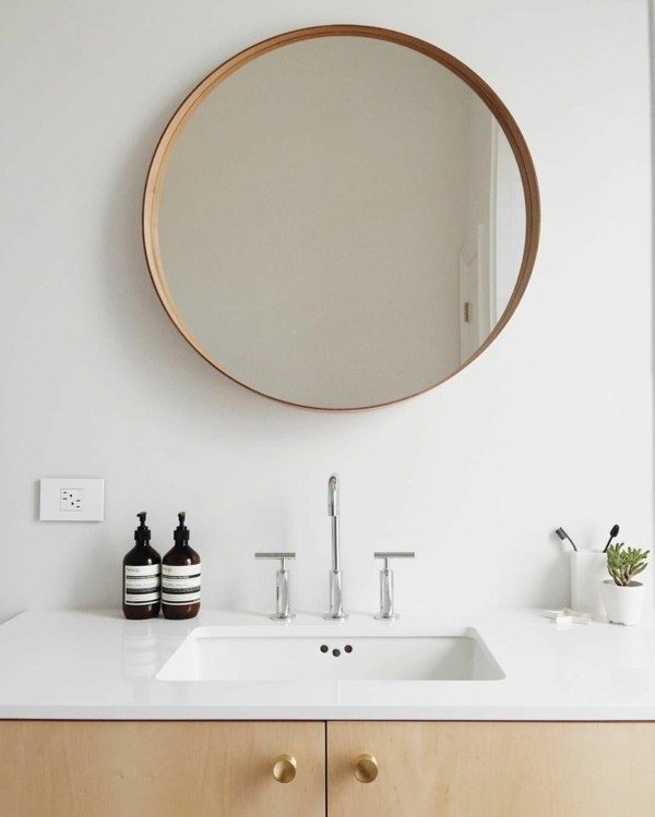 runder badspiegel modernes bad weiße wände helles holz