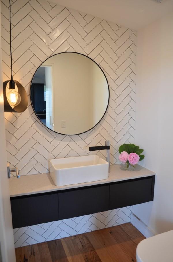 runder badspiegel schöne badezimmerfliesen hölzerner boden