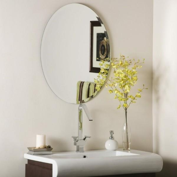 runder badspiegel schlichtes design weiße wände moderne badmöbel