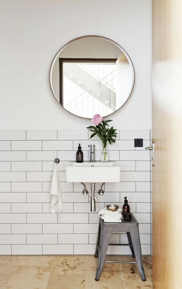 runder badspiegel weiße metrofliesen holzakzente