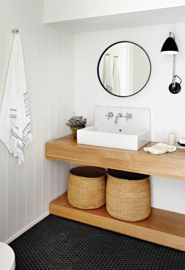 runder badspiegel weiße wände hölzerne elemente