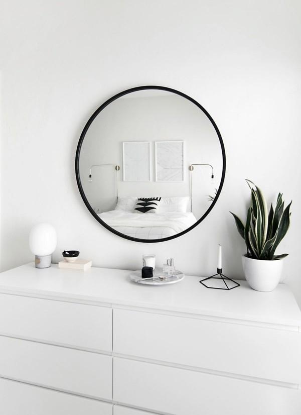 runder badspiegel weißes badezimmer einrichten pflanze