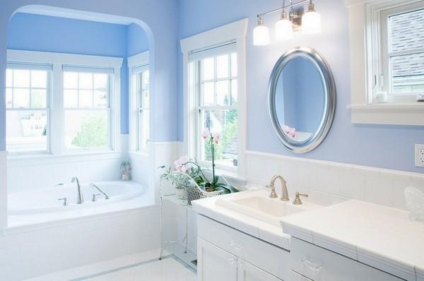runder badspiegel weißes badezimmer hellblaue wände