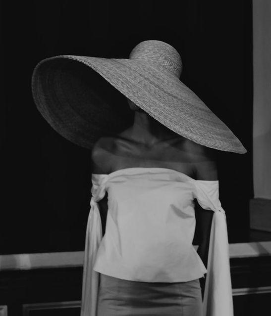 schwarz weißes bild mit sonnenhut