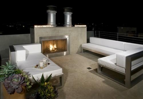 terrassenkamin außenbereich gestalten ideen weiße sofas