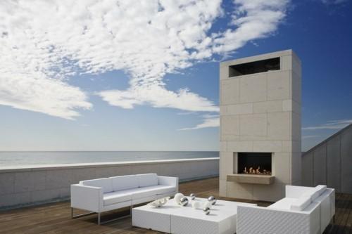 terrassenkamin ausgefallener außenbereich weiße möbelstücke