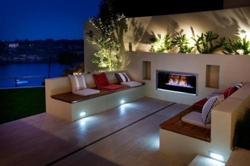 terrassenkamin moderner außenbereichromantische beleuchtung pflanzen