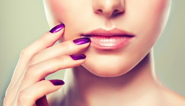 volle lippen schminken glanz ultra violet nageldesign