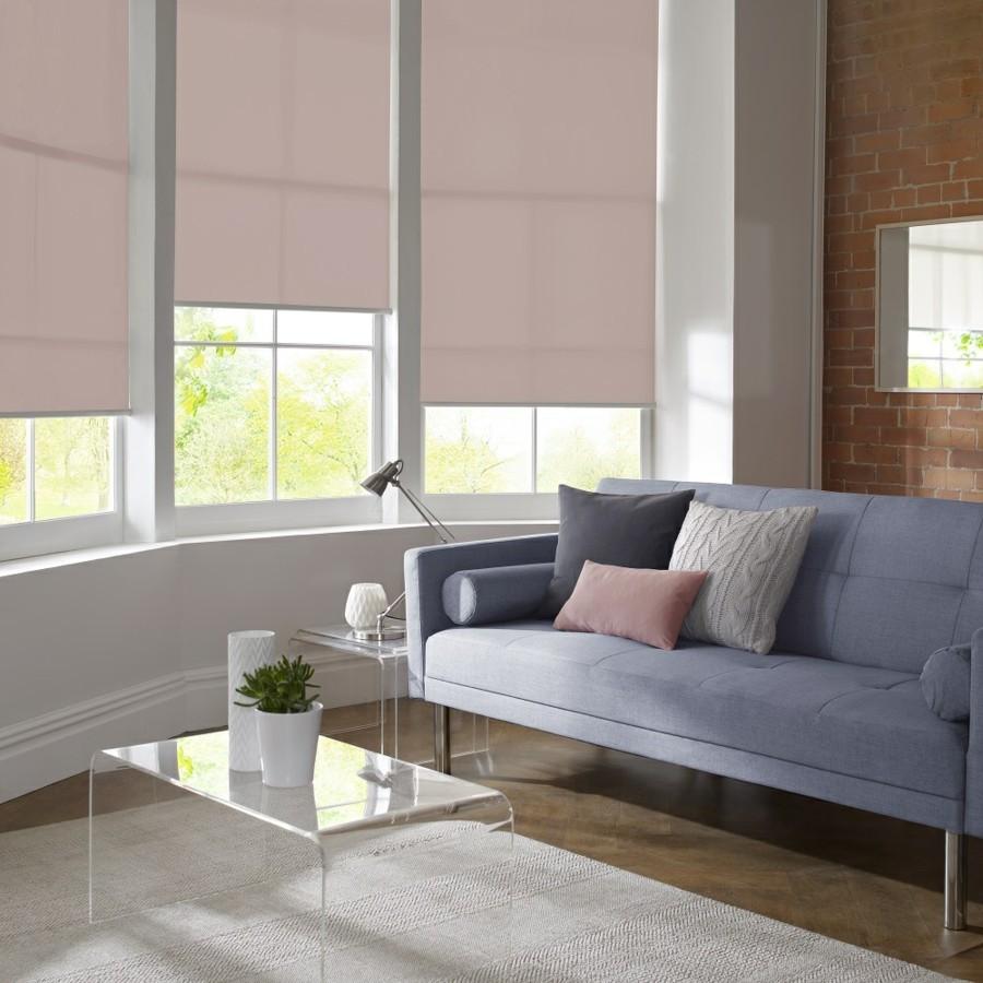 wohnzimmer einrichten ideen Flächenvorhänge wohnzimmer einrichten hellblaues sofa kleiner couchtisch