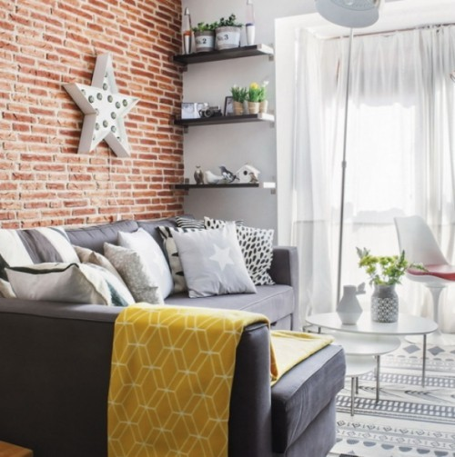 wohnzimmer einrichten ideen gemütlicher wohnbereich ziegelwand offene wandregale