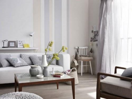 wohnzimmer einrichten ideen schönes wanddesign streifen graue dekokissen