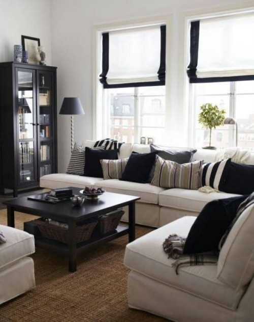 wohnzimmer einrichten ideen weißes ecksofa schwarzer couchtisch raffrollos