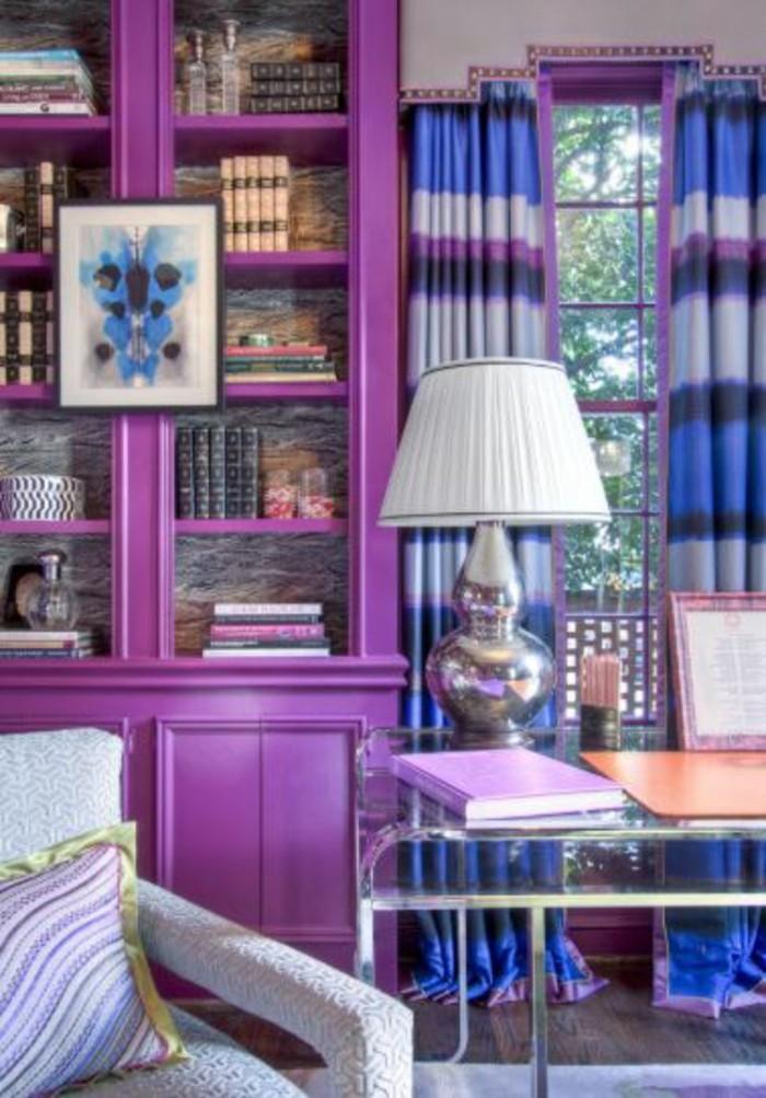 wohnzimmer einrichtungsideen farbe flieder buecherschrank
