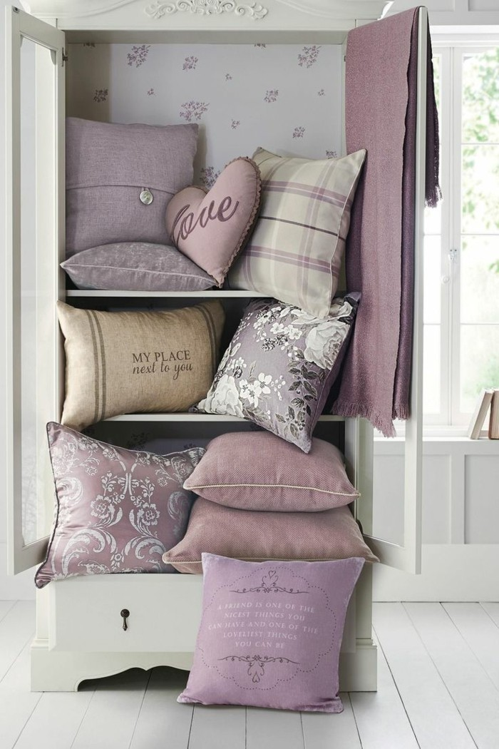 wohnzimmer einrichtungsideen farbe flieder zusatz dekokissen