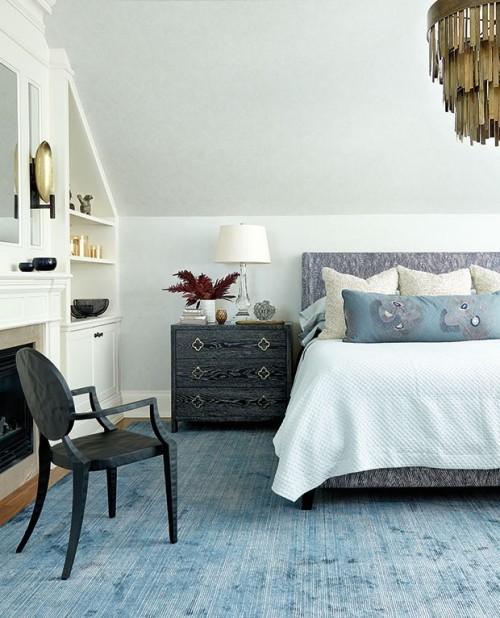Ansprechendes Schlafzimmer blau-weiß Graphit Messing-Effekte