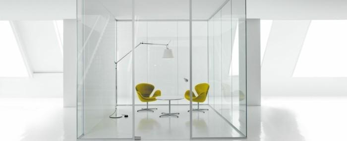 Bürotrennwand aus Glas grossraumbuero glaswand bringt mobiliar in vordergrund