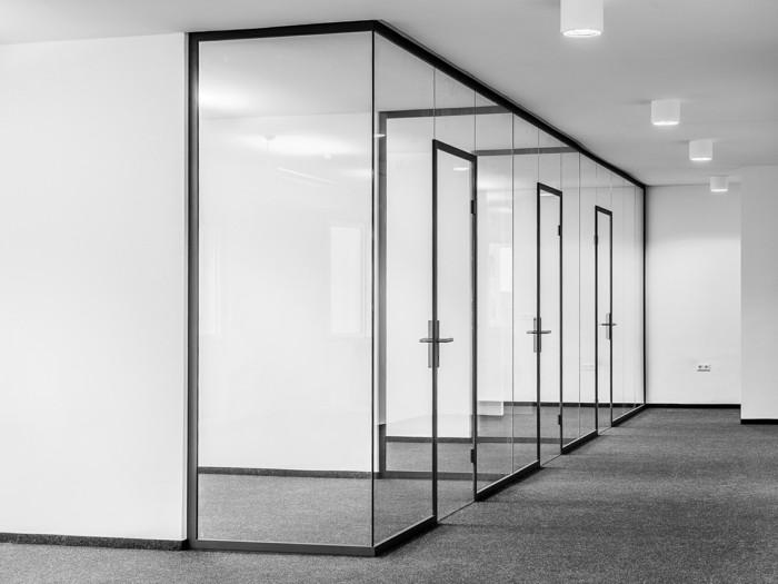 Bürotrennwand aus Glas grossraumbuero konturen