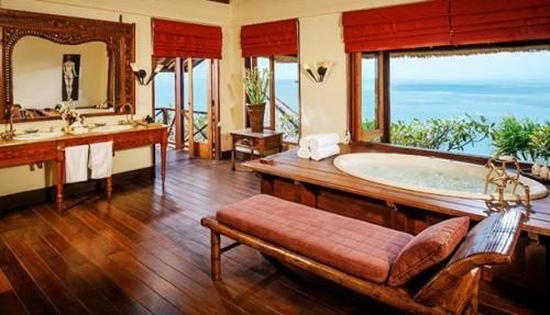 Erholsamer Luxusurlaub Bali Indonesien viel Wohnkomfort im Badezimmer herrlicher Blick draußen