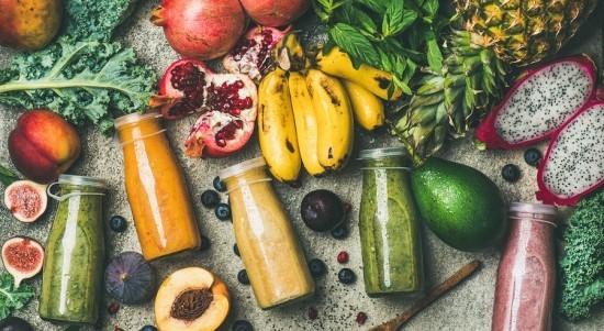 Farbenfrohe Fitness Smoothies in kleinen Flaschen frisches Obst Gemüse